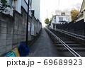 東京都文京区千駄木にある解剖坂を下から眺めた風景 69689923