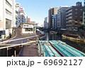 東京台東区にある浅草橋より眺めた小船が浮かぶ神田川 69692127