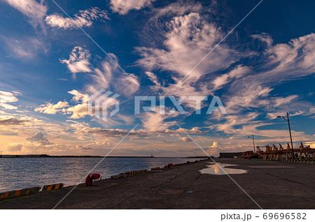 真夏の雲に映える宮之浦港の夕景から環境・エコのイメージ表現 69696582