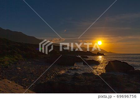 真夏の夕日に映える屋久島の夕景から太陽光・環境・エコのイメージ表現 69696756