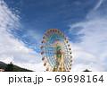 静岡県裾野市にある富士山のふもとの遊園地の観覧車 69698164