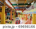 静岡県裾野市にある富士山のふもとの遊園地の屋内遊技場 69698166
