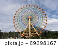 静岡県裾野市にある富士山のふもとの遊園地の大観覧車 69698167