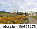 静岡県裾野市にある富士山のふもとの遊園地の花畑と大観覧車 69698173