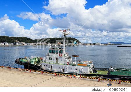横須賀久里浜港岸壁に停泊するタグボート 69699244