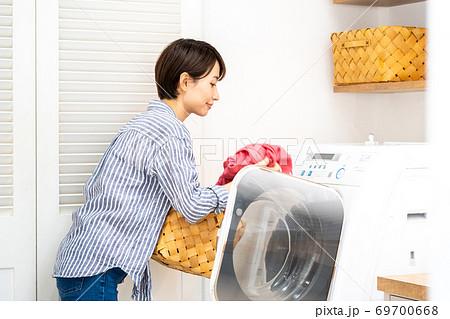 洗濯をする主婦 69700668