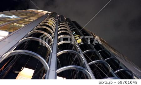夜の街並み:ハービス大阪のエレベータ 69701048
