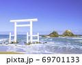 福岡県 糸島市  二見ヶ浦の白い鳥居と夫婦岩 69701133