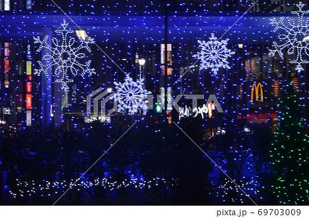 クリスマスのネオンサイン(池袋西口広場/東京都豊島区西池袋) 69703009