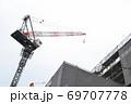 ビル・マンション等の建設現場 足場とクレーン 69707778