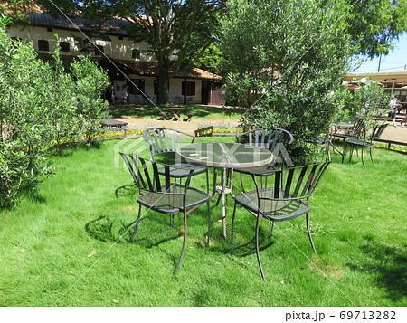 緑に囲まれた屋外のテーブルと椅子 69713282