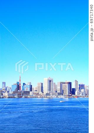 東京都、レインボーブリッジから見た東京港と東京タワーの風景 69717340