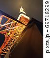 真下から見る東京タワー夜景バージョン 69718299