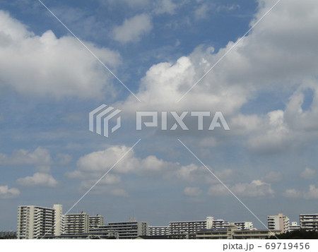 秋晴れの日の青空と白い雲 69719456