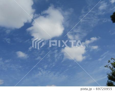 秋晴れの日の青空と白い雲 69720955