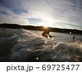 GoPro撮影、朝陽に向かってテイクオフするサーファー 69725477