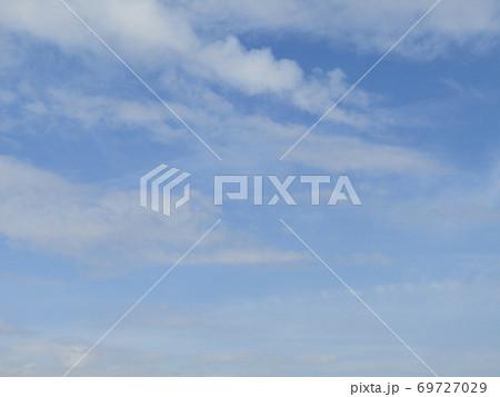 秋晴れの日の青空と白い雲 69727029