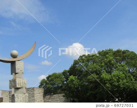 谷津公園の秋晴れの日の青空と白い雲 69727031