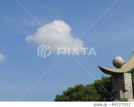 谷津公園の秋晴れの日の青空と白い雲 69727032