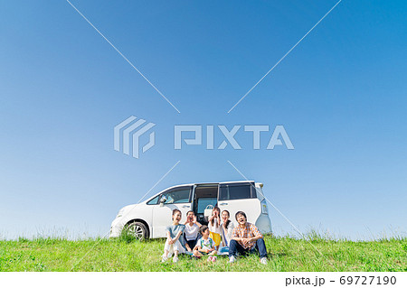 三世代家族、青空、旅行、座る 69727190