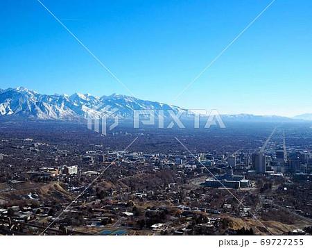 雪化粧のワサッチ山脈の麓に広がるソルトレイクシティのパノラマ 69727255