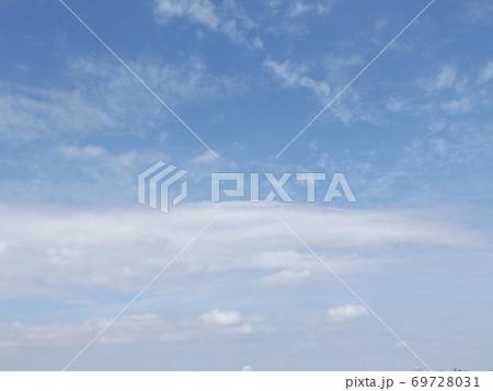 秋の谷津干潟の青空と白い雲 69728031