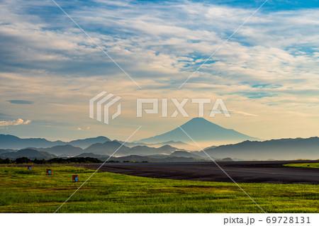 (静岡県)富士山静岡空港 滑走路と富士山 夜明け 69728131