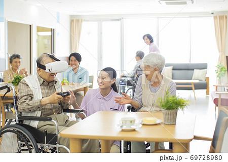 VRのゲームをするシニア男性と介護士 老人ホーム 69728980