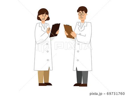 ミーティングをしている男女の白衣の研究者 69731760