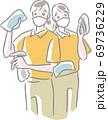 マスクをしてクロス、スプレー、ブラシを持つ2人の清掃スタッフ 69736229
