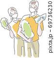 マスクをしてクロス、ハンディモップを持つ2人の清掃スタッフ 69736230