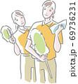 クロス、ハンディモップを持つ2人の清掃スタッフ 69736231