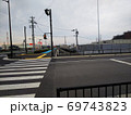 横断歩道の向こうに新しくできた歩道と自転車道、右側に商業施設の建設現場 69743823