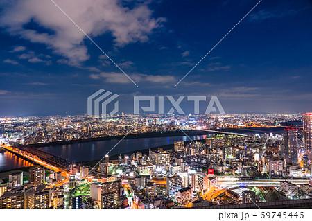《大阪府》大阪都市夜景・住宅街と淀川 69745446