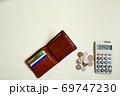 白い テーブル お金 財布 電卓 69747230