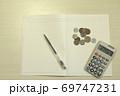 白い テーブル お金 ノート ペン 電卓 69747231