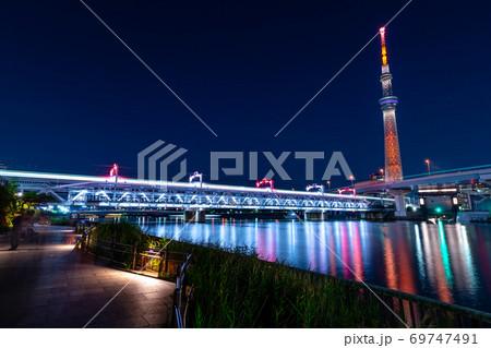 東京 すみだリバーウォークとスカイツリーの夜景 69747491