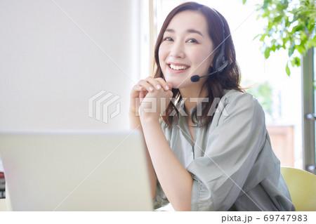 リビングでオンラインミーティングをする女性 69747983
