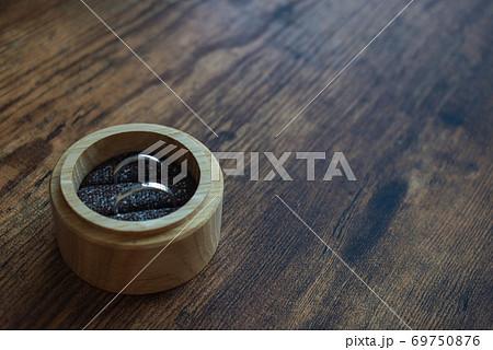 木箱においてあるエンゲージリング 69750876