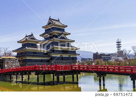 松本城と青空 長野県松本市 69751472