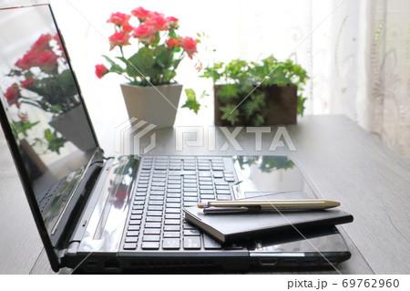 ビジネスイメージ(パソコン・手帳) 69762960