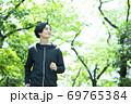 ジョギングする男性 69765384