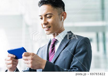 ビジネス ビジネスマン 男性 オフィス 69765822