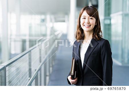 女性 ビジネス ビジネスウーマン オフィス 69765870
