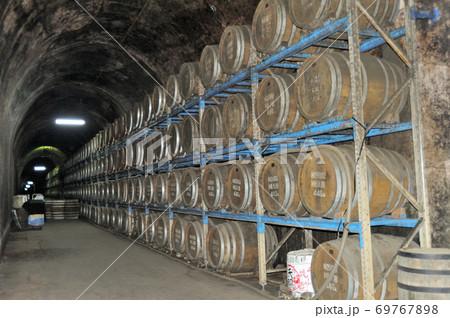 宮崎県西臼杵郡高千穂町にあるトンネルの駅敷地内のトンネル貯蔵庫で焼酎の原酒が熟成されている風景 69767898