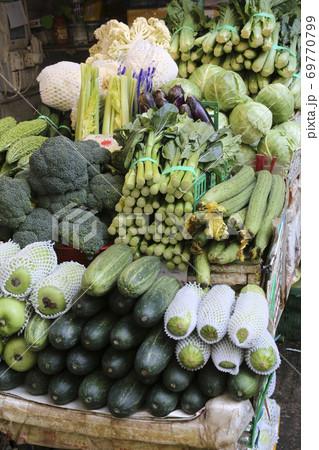 香港の市場の野菜。中国野菜と西洋野菜が混在して売られている 69770799