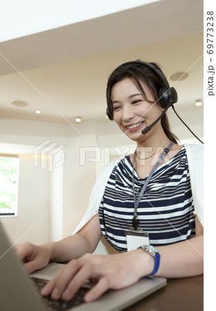 オンラインミーティングをするビジネスウーマン 69773238