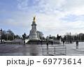 バッキンガム宮殿前のヴィクトリア記念碑 69773614