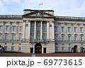 英国女王旗はためくバッキンガム宮殿 69773615