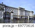 英国女王旗はためくバッキンガム宮殿 69773616